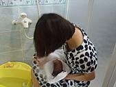 2010.10.01~10月14日 Dora 24天前點滴:10月03日 外婆幫瓊憶擦乾身體.JPG