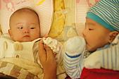 1221到2011年0120(Dora第四個月生活點滴:1225 Dora&宥睿表哥.JPG