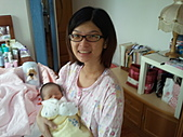 2010.10.01~10月14日 Dora 24天前點滴:10月07日 鶴齡早上叫醒瓊憶.jpg