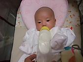 1020到1120 Dora  第二個月的成長點滴:1105 喝牛奶(學自己拿奶瓶).JPG