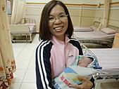 2010年9月20 虎妞妞誕生記:14點 妞妞和外婆的特寫.jpg