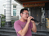 2010年9月26日 歡慶陳宥睿 滿月酒席:Dora 老爸 唱歌.JPG