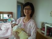 2010.10.01~10月14日 Dora 24天前點滴:10月07日 鶴齡抱醒Dora.jpg