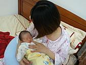 2010.10.01~10月14日 Dora 24天前點滴:10月09日 Dora躺在媽媽胸懷.jpg