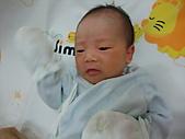 2010.10.01~10月14日 Dora 24天前點滴:10月03日 Dora 揮手手.JPG