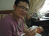 2010年9月26日 歡慶陳宥睿 滿月酒席:Dora 爸爸在餵你.jpg