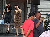 2010年9月26日 歡慶陳宥睿 滿月酒席:主持人在調侃大伯父.JPG