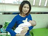 1120到1220 Dora第三個月生活照:1127 到吳昆哲打預防針 躲在媽媽的心窩.jpg