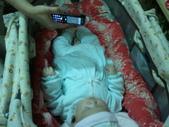 2011年Dora的人生第一個春節:0125Dora 看手機.jpg