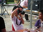 2010年9月26日 歡慶陳宥睿 滿月酒席:Dora 的阿姨 掌鏡 架勢十足專業.JPG