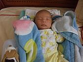 2010.10.01~10月14日 Dora 24天前點滴:10月01日 這是剛滿月的陳宥睿(子路的兒子).JPG