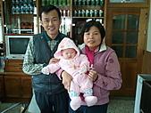 1221到2011年0120(Dora第四個月生活點滴:0114Dora 與爺爺奶奶特寫.jpg