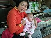 1120到1220 Dora第三個月生活照:1208Dora&老媽 看哪裡.jpg