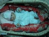 2011年Dora的人生第一個春節:0125Dora 搖床休息.jpg