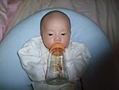 1020到1120 Dora  第二個月的成長點滴:1106 喝水(恭喜.JPG