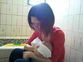 1120到1220 Dora第三個月生活照:1128 洗澡 媽媽抱緊Dora.jpg