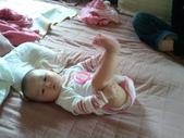 2011年0220到0420(Dora第五到7個月生活點滴:0319Dora 抬腿.jpg