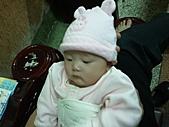 1120到1220 Dora第三個月生活照:1209老爸含飴弄孫 近拍.jpg