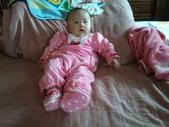 2011年0220到0420(Dora第五到7個月生活點滴:0319Dora 草莓全身.jpg