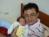 2010.10.01~10月14日 Dora 24天前點滴:10月09日 Dora的爸爸這天也換新眼鏡.jpg