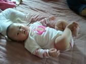 2011年0220到0420(Dora第五到7個月生活點滴:0319Dora 盤腿.jpg