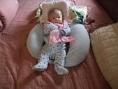 2011年Dora的人生第一個春節:0126Dora 自得其樂.JPG