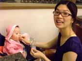 2011年0220到0420(Dora第五到7個月生活點滴:0416Dora 媽媽餵米果.JPG