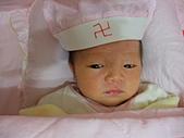 2010.10.01~10月14日 Dora 24天前點滴:10月02日 Dora 戴上外婆送的帽子.JPG