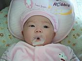 1120到1220 Dora第三個月生活照:1128 悠閒躺搖籃 咬奶嘴.jpg