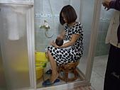 2010.10.01~10月14日 Dora 24天前點滴:10月03日 外婆在幫瓊憶洗澡.JPG