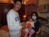 2011年Dora的人生第一個春節:0202Dora 阿男叔叔發壓歲錢.JPG