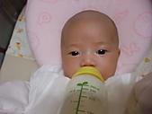 1020到1120 Dora  第二個月的成長點滴:1105 喝牛奶.JPG