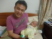 2010.10.01~10月14日 Dora 24天前點滴:10月01日 不動如山的宥睿.JPG