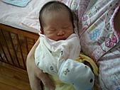 2010.10.01~10月14日 Dora 24天前點滴:10月07日 早上正在熟睡的瓊憶.jpg