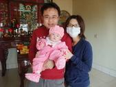 2011年Dora的人生第一個春節:0202Dora 除夕拜拜全家福.JPG