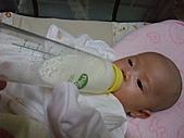 1020到1120 Dora  第二個月的成長點滴:1105 喝牛奶(學自己拿奶瓶.JPG