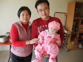 2011年Dora的人生第一個春節:0202Dora 與爸爸 奶奶合照.JPG