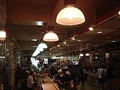 澎湖摩托車日記20090704~DAY5 馬公市區 (完):一樓攤販不多,感覺冷冷清清的,大概是街上專賣伴手禮的店太多吧