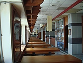 澎湖摩托車日記20090704~DAY5 馬公市區 (完):二樓原本是餐飲,但是現在空空蕩蕩,只留下好好的裝潢.