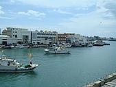 澎湖摩托車日記20090704~DAY5 馬公市區 (完):二樓靠窗還可以看到漁港的船在行進...