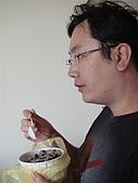 澎湖摩托車日記20090704~DAY5 馬公市區 (完):汎汎正在吃仙草冰配電視~