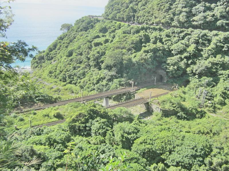 12-斷崖中的鐵道.JPG - 蘇花公路單車行(上)