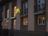 全球麥當勞集錦:法蘭克福的德國人出沒區域的麥當勞 (這是一家法蘭克福的車站麥當勞,這裡是遊客部會來的...所以似乎冷清了一些...)