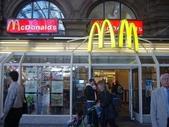 全球麥當勞集錦:法蘭克服火車站的麥當勞(法蘭克福主要車站中躲著一個小小麥當勞,未往來率客提供熟悉的服務)