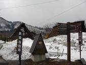 童話般的日本合掌村:民宿與指示牌