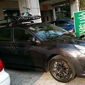 Subaru車系安裝範例:Subaru Legacy黑色版本車頂架(Thule 959*)+黑鐵加長型行李盤(Thule Canyon 859+8591).