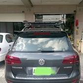 Volkswagen車系安裝範例:VW Touareg黑色版本車頂架(Thule 9583B)+黑鐵加長行李盤(Thule Canyon XT).