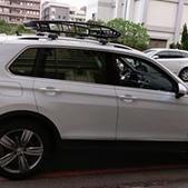 Volkswagen車系安裝範例:VW Tiguan黑色板版本車頂架(Thule 9585B)+黑鐵行李盤(Thule Canyon XT).