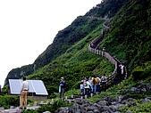 20080713 基隆嶼 登山:總共有1000多階, 山頂有個靠太陽台發電的燈塔.