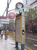 上海人民廣場與上海書城:計程車招呼站設備先進,按紐即亮燈顯示招車.jpg